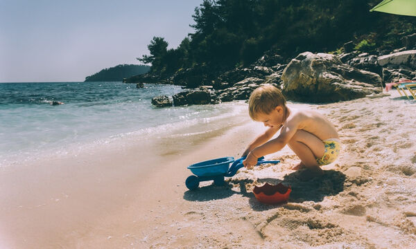 Παιδιά στον ήλιο: 5+1 συμβουλές για να επιλέξεις το κατάλληλο αντηλιακό για τα μικρά σου