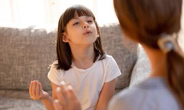 Τραυλισμός στα μικρά παιδιά: Τι πρέπει να γνωρίζουν οι γονείς