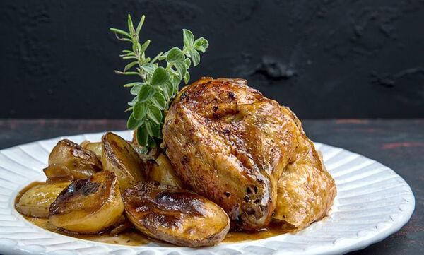 Κοτόπουλο με μαύρη μπίρα στον φούρνο: Μία συνταγή από τον Άκη Πετρετζίκη