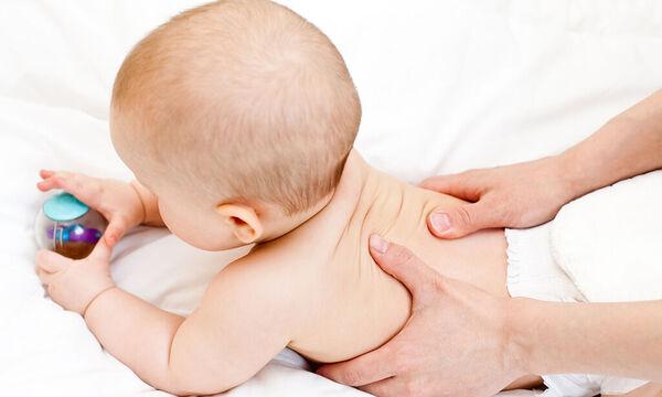 Βρεφικό μασάζ για κολικούς: Πώς θα ανακουφίσετε το μωρό