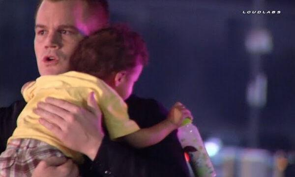 Viral βίντεο: Αστυνομικός ηρεμεί στην αγκαλιά του εγκαταλελειμμένο μωρό