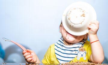 Πώς θα μάθετε στο μωρό να χρησιμοποιεί πιρούνι και κουτάλι