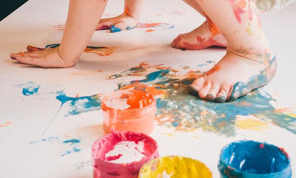 Ζωγραφίζοντας με τα πόδια: Μία διασκεδαστική δραστηριότητα για παιδιά