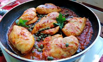 Καλοκαιρινή συνταγή: Κοκκινιστά φιλέτα κοτόπουλου με κάππαρη