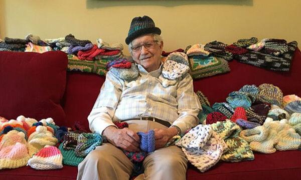 Υπέροχο! 86χρονος έμαθε να πλέκει και φτιάχνει σκουφάκια σε πρόωρα μωρά