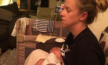 Μαμά θηλάζει τα δίδυμα μωρά της ενώ είναι εξαντλημένη από την κούραση