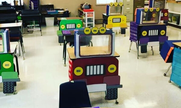 Δασκάλα μετέτρεψε τα θρανία σε... φορτηγά για να τηρούνται οι αποστάσεις