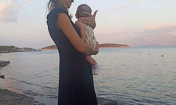 Γνωστή Ελληνίδα ηθοποιός απολαμβάνει το πρώτο καλοκαίρι με το μωρό της
