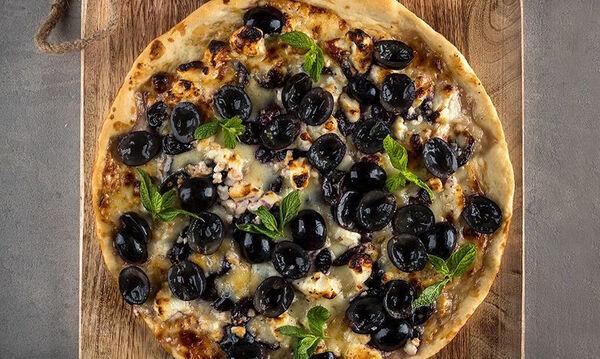 Άκης Πετρετζίκης: Συνταγή για καλοκαιρινή πίτσα με φέτα και σταφύλια