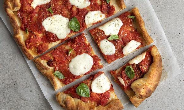 Άκης Πετρετζίκης: Συνταγή για λαχταριστή πίτσα καπρέζε