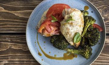 Κοτόπουλο καπρέζε με μπρόκολο: Μία συνταγή από τον Άκη Πετρετζίκη