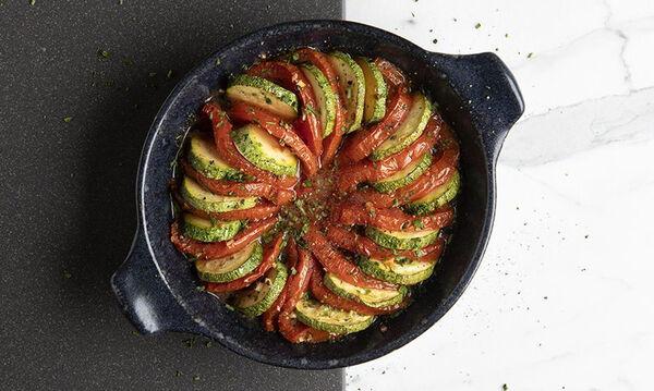 Άκης Πετρετζίκης: Ρατατούι με ντομάτα και κολοκυθάκι - Εύκολο και υγιεινό