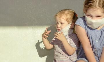 Τα παιδιά άνω των 2 ετών πρέπει να φορούν μάσκες αναφέρει το CDC