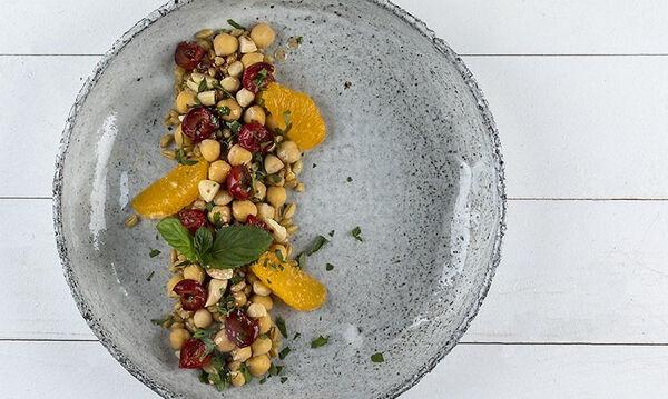 Άκης Πετρετζίκη: Πρωτότυπη και θρεπτική σαλάτα με ρεβίθια και κεράσια