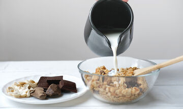 Υγιεινή granola με φυστικοβούτυρο - Πώς θα τη φτιάξετε