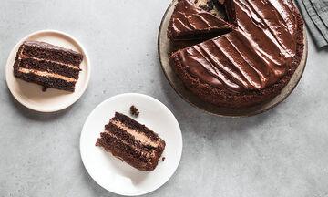 Σοκολατένιο κέικ της τελευταίας στιγμής με 3 υλικά και χωρίς ψήσιμο