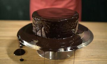Σοκολατένιο κέικ με τρία υλικά, χωρίς αυγά και αλεύρι (vid)