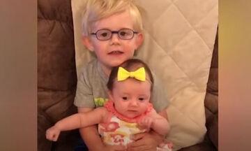 Ξεκαρδιστικό βίντεο: Μωρά αδερφάκια σε απολαυστικά στιγμιότυπα (vid)