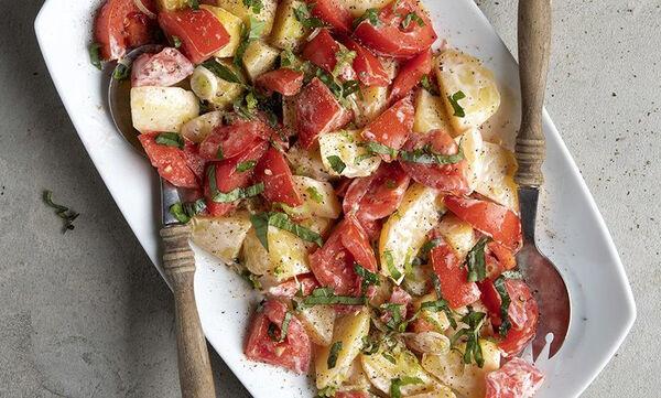 Άκης Πετρετζίκης: Συνταγή για δροσερή πατατοσαλάτα με ντομάτες