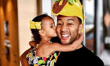 Ο John Legend μπήκε στην κουζίνα & μαγείρεψε για την κόρη του (vid)