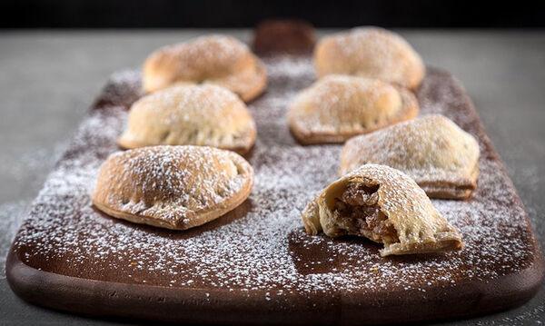 Φτιάξτε αυτά τα λαχταριστά γεμιστά κουλουράκια του Άκη με γλυκό του κουταλιού σταφύλι
