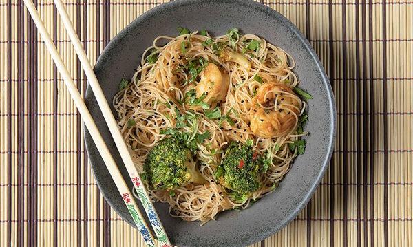Οργανώστε ασιατική βραδιά για τα παιδιά σας & μαγειρέψτε noodles με γαρίδες και μπρόκολο