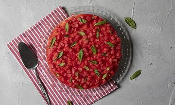 Πρέπει οπωσδήποτε να φτιάξετε το cheesecake καρπούζι του Άκη Πετρετζίκη
