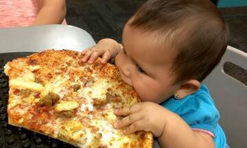 Απολαυστικό βίντεο: Μωράκι δοκιμάζει για πρώτη φορά πίτσα-Δείτε πώς αντιδρά