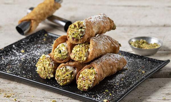 Cannoli: Συνταγή για το παραδοσιακό ιταλικό γλυκό από τον Άκη Πετρετζίκη