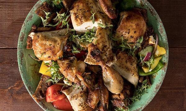 Άκης Πετρετζίκης: Θρεπτική και πεντανόστιμη σαλάτα παντζανέλα με κοτόπουλο