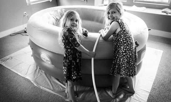 Βοήθησαν την μαμά τους να γεννήσει και οι φωτογραφίες τους έγιναν viral
