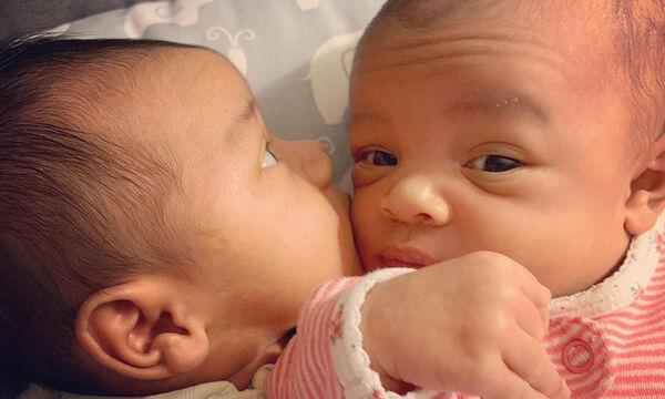 Δίδυμα μωράκια ποζάρουν στον φωτογραφικό φακό και τρελαίνουν το διαδίκτυο