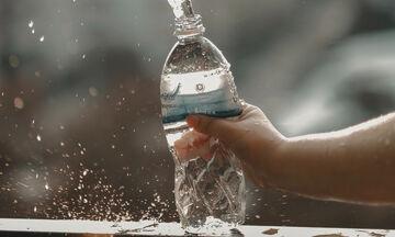«Δεν πίνω αρκετό νερό και αφυδατώνομαι. Τι να κάνω»; Σου έχουμε τη λύση