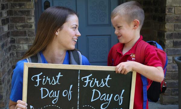 Αυτή η #backtoschool φωτογραφία μαμάς και γιου έγινε viral - Δείτε γιατί