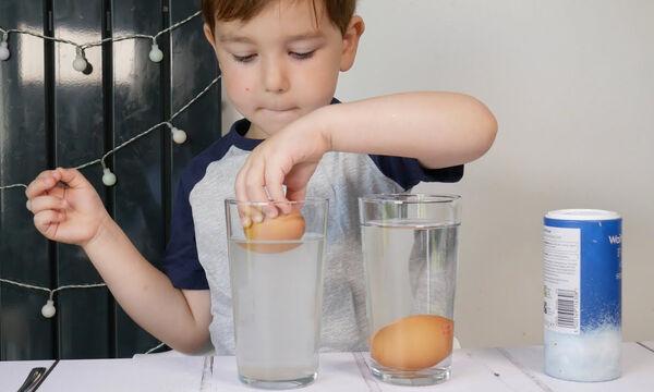 To πείραμα με το αλάτι, το νερό και τα αυγά που θα λατρέψει κάθε παιδί