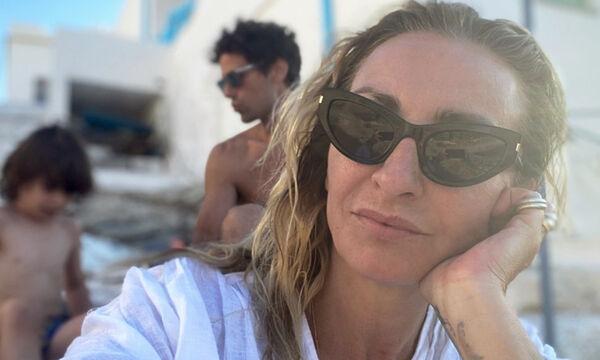 Ρούλα Ρέβη: Δείτε πώς βάφτηκε η κόρη της στη θάλασσα (pics)