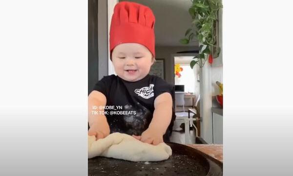 Μπόμπιρας σεφ φτιάχνει πίτσα και τρελαίνει το διαδίκτυο (vid)