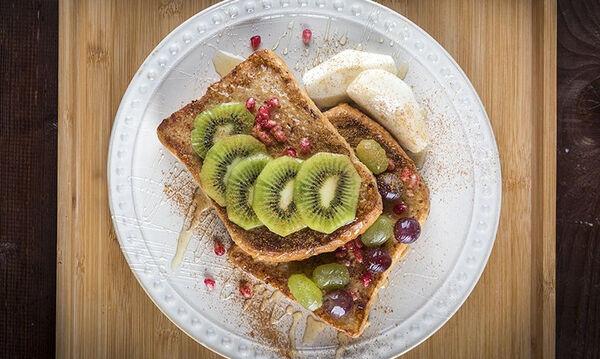 Αβγοφέτες με μέλι & φρούτα - Η συνταγή για το τέλειο πρωινό από τον Άκη