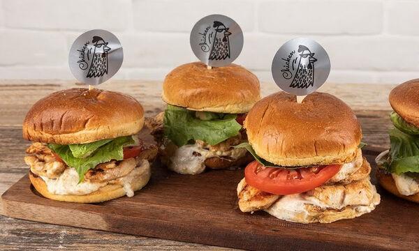 Άκης Πετρετζίκης: Συνταγή για τα πιο νόστιμα & υγιεινά burger με κοτόπουλο