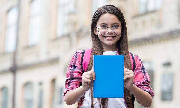 Πώς να ντύσετε εύκολα τα σχολικά βιβλία με διαφανές πλαστικό (vid)