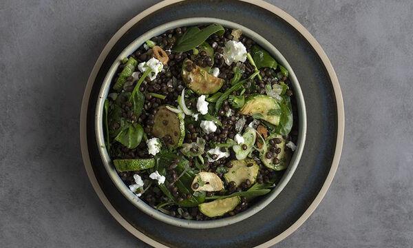 Νόστιμη και θρεπτική σαλάτα με μαύρες φακές από τον Άκη Πετρετζίκη