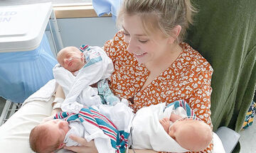 Μαμά φωτογραφίζεται με τα νεογέννητα μωρά της που βγήκαν από την εντατική