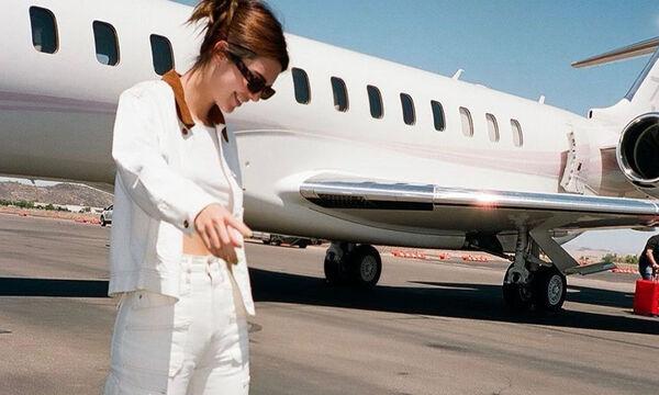 Λευκό παντελόνι: η τάση που αγαπούν όλες οι celebs