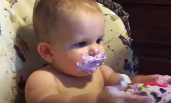 Μωράκια σβήνουν την πρώτη τους τούρτα και είναι άκρως απολαυστικά