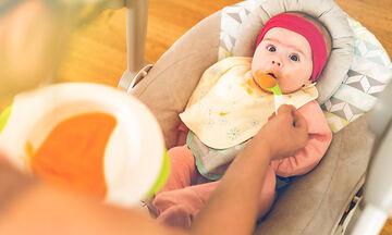 4 σημάδια που μαρτυρούν ότι το μωρό μπορεί να ξεκινήσει τις στερεές τροφές