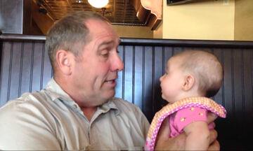 Παππούς συνομιλεί  με την μπέμπα εγγονή του και γίνονται viral