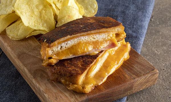 Άκης Πετρετζίκης: Συνταγή για λαχταριστό Monte Cristo sandwich