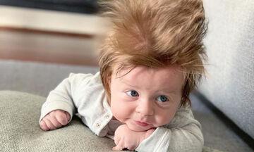 Αυτός ο μπόμπιρας έχει γίνει viral στο διαδίκτυο εξαιτίας των μαλλιών του