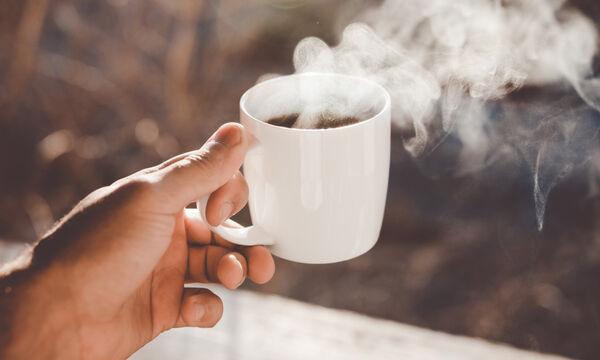 Τελικά να πίνεις τον καφέ με γάλα ή χωρίς; Τι λέει η ειδικός;