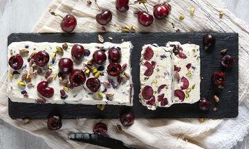 Semifreddo με κεράσια και φιστίκια Αιγίνης - To απόλυτο γλυκό από τον Άκη